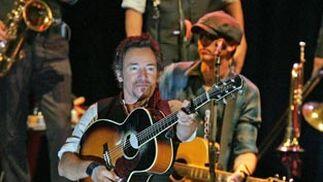 Bruce Springsteen, durante su concierto del 23 de octubre de 2006 en la Plaza de Toros de Granada dentro de su gira 'The Seeger Sessions'.   Foto: Miguel Ángel Molina / Efe