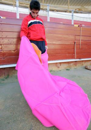 Dieciséis jóvenes se preparan en la Escuala de Tauromaquia de Almería. Entre ello, sólo una futura torera.  Foto: Javier Alonso