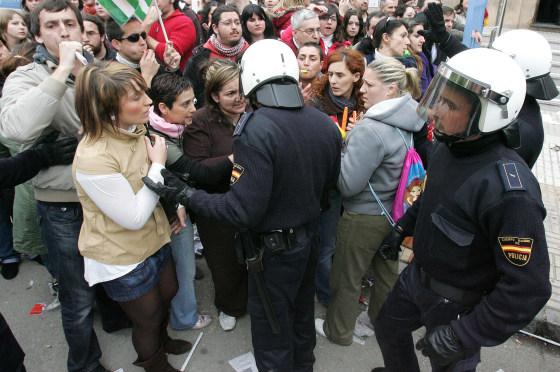 Centenares de personas hicieron guardia en las puertas del centro en una jornada marcada por la tensión en la que la policía tuvo que intervenir para permitir el paso de algunos trabajadores.  Foto: Miguel Ángel González
