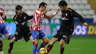 Crespo y Fazio presionan al sportinguista Diego Castro.  Foto: Felix Ordo?