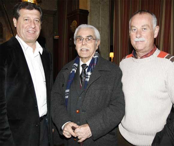 Hugo Vaca, Enrique Villegas y un amigo onubense del autor nacido en Ayamonte y afincado en Cádiz desde hace años  Foto: Jose Braza