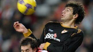 Fazio salta y logra controlar un balón a I. Hernández.  Foto: Felix Ordo?