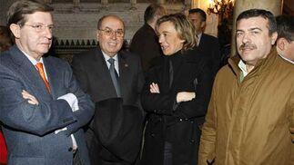 Los concejales Evelio Ingunza, Paloma Bordons y Fernando Tey, con Martín José García, del Concejo de Hermandades  Foto: Jose Braza