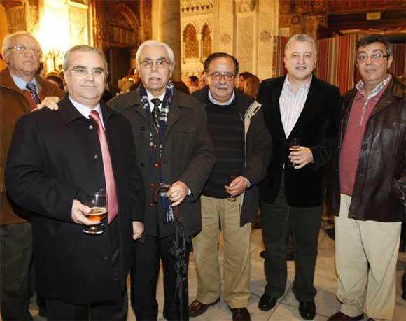 Manolo Albaizeta, Enrique Villegas, José María Jurado, Manolo Casal y Joaquín Quiñones. Atrás, el padre de Casal  Foto: Jose Braza