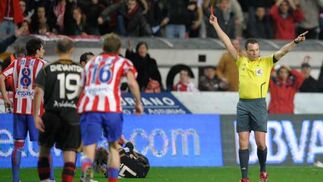 Megía Dávila saca la roja a Canella en el minuto 28 de partido.  Foto: Felix Ordo?