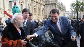 Monteseirín bromea con Ripollés junto a una de las estatuas del artista.  Foto: Juan Carlos Vazquez