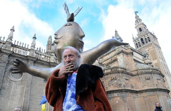 Ripollés posa junto a una de sus estatuas frente a la Catedral de Sevilla.  Foto: Juan Carlos Vazquez