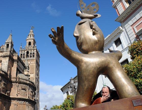 Ripollés posa bajo una de sus estatuas junto a la catedral.  Foto: Juan Carlos Vazquez