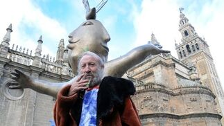 Ripollés posa junto a una de sus obras.  Foto: Juan Carlos Vazquez