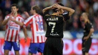 La presión está presente en los jugadores del Sevilla tras el gol de Diego Castro.  Foto: Felix Ordo?