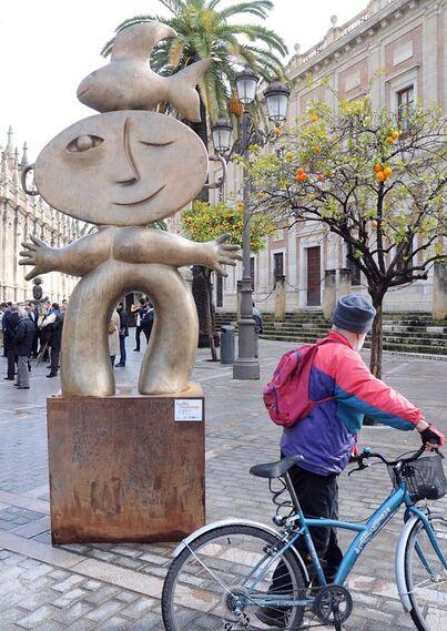 Un ciclista se detiene para contemplar una de las esculturas.  Foto: Juan Carlos Vazquez