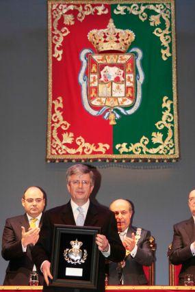El alcalde y el teniente de alcalde aplauden a la Granada de plata, concedida a la Federación de Comercio.  Foto: Miguel Rodr?ez