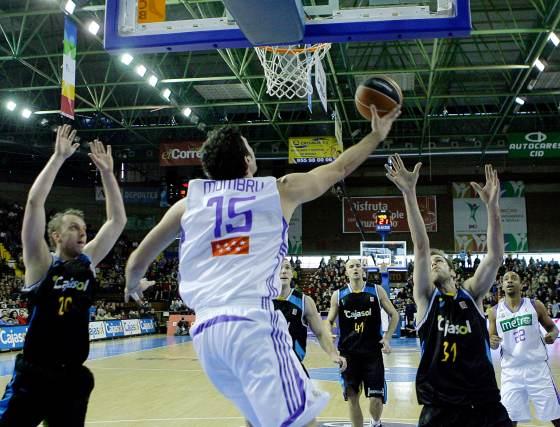 Mumbrú lanza el balón desde la parte trasera de la canasta.  Foto: Antonio Pizarro