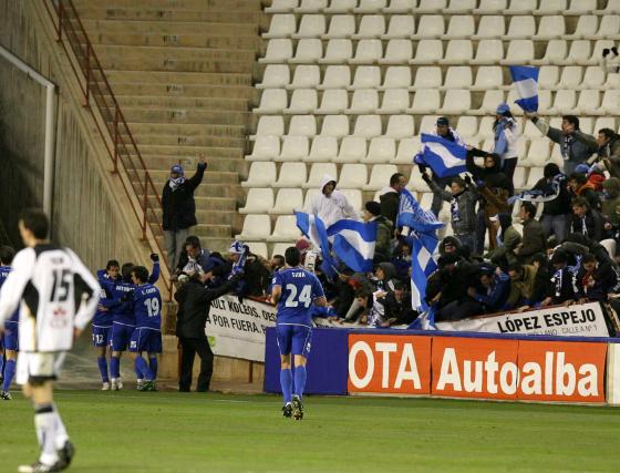 La tarde en Albacete también tuvo su susto, y es que tras el segundo gol la euforia se desató tanto entre los aficionados azulinos que la valla cedió y más de uno resultó contusionado.  Foto: lof