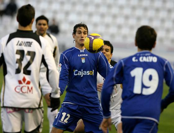 Antonio Calle marcó el gol de la tranquilidad para el Xerez cuando corría el minuto 52. El madrileño, además, se peleó con una defensa manchega que le vigiló siempre de cerca.  Foto: lof