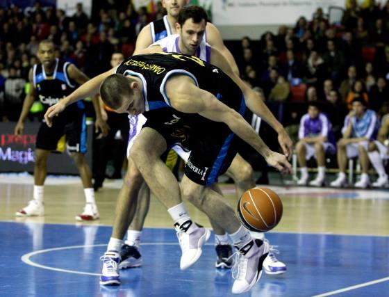Caner-Medley consigue el balón para su posterior lance.  Foto: Antonio Pizarro