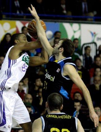 Miso salta para impedir el lance del balón de Louis Bullock.  Foto: Antonio Pizarro