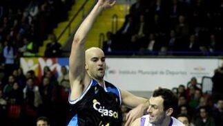 Mumbrú se dispone a lanzar el balón pese a la negativa de Xavi Rey.  Foto: Antonio Pizarro