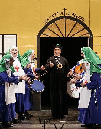 Las monjas del Pellejo flanquean al cura del convento de la alegría.  Foto: Lourdes de Vicente