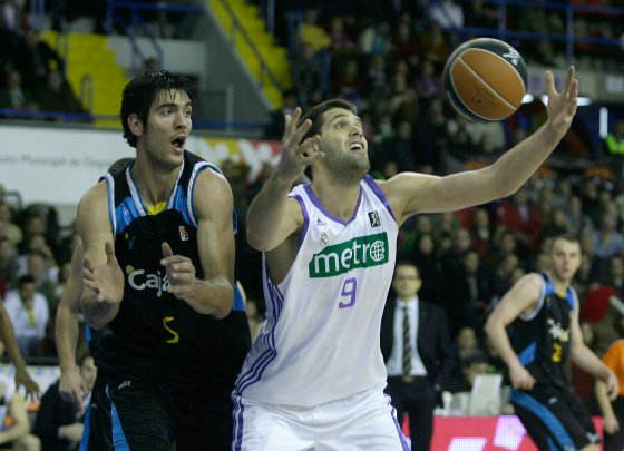 Trigueros observa el juego de Felipe Reyes.  Foto: Antonio Pizarro