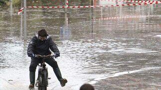 Dos chavales juegan con las bicis en el municipio guipuzcoano de Astigarraga, inundado en algunas zonas tras las fuertes lluvias caídas desde ayer en la región.  Foto: EFE