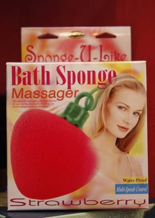 Esponja para masajes con forma de fresa.  Foto: Victoria Hidalgo - Belén Vargas