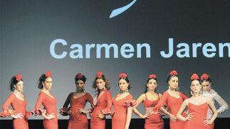 Los vestidos rojos de Carmen Jarén mostraron una fuerza inusual en sus piezas.  Foto: Manuel Aranda