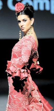 Una modelo posa con uno de los trajes propuestos por 'Rocío Martín' y los bonitos abalorios de 'Sole Martín'.  Foto: Manuel Aranda
