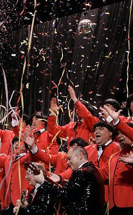 El coro de Julio Pardo montó de nuevo una gran fiesta con su popurrí.   Foto: Lourdes de Vicente