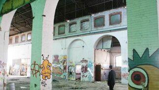 Pintadas y basura, en el interior del edificio.  Foto: Miguel Rodriguez