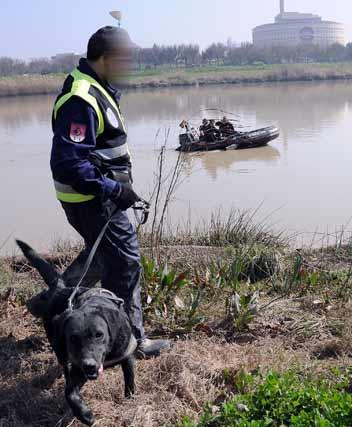 La búsqueda se está realizando tanto a píe con los perros como sobre el río con las lanchas y buzos  Foto: Juan Carlos Vazquez/Victoria Hidalgo/Jose Angel Garcia
