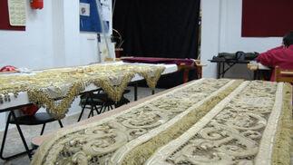 Detalle de las bambalinas del palio de Madre de Dios de la Misericordia, que han sufrido un proceso de restauración y ampliación de los bordados de las caídas laterales.  Foto: J. M.
