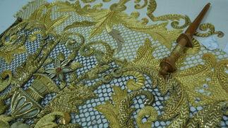 Detalle de los nuevos bordados del palio de Madre de Dios de la Misericordia.  Foto: J. M.
