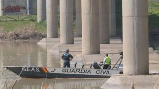 La Guardia Civil rastrea una de las zonas marcadas en el río  Foto: Juan Carlos Vazquez/Victoria Hidalgo/Jose Angel Garcia
