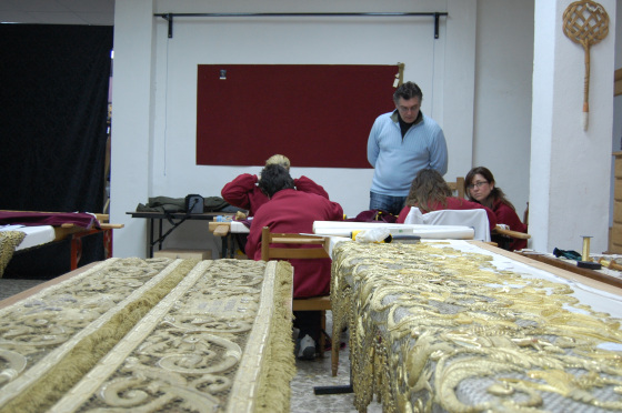 Ildefonso no pierde ojo del trabajo de las bordadoras del taller.  Foto: J. M.