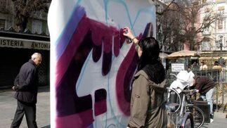 Veinte grafiteros han tomado el centro de Granada para mostrar su arte a través de lienzos móviles.  Foto: Maria de la Cruz
