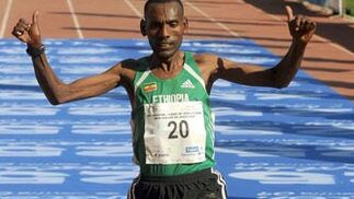Uno de los participantes de origen etíope, que fueron legión, atraviesa la línea de meta de ésta ya XXV Maratón Ciudad de Sevilla.  Foto: Juan Carlos Vázquez