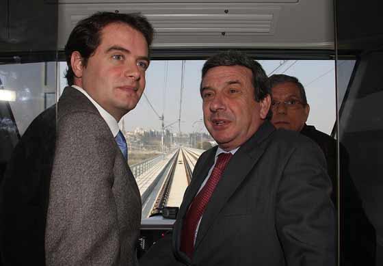 García Garrido ha realizado un viaje en metro junto a los alcaldes de Mairena del Aljarafe, Antonio Conde, y San Juan de Aznalfarache, Juan Ramón Troncoso.  Foto: Jose Angel Garcia