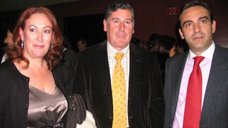 Rosa García Alonso (Hacienda de Orán), el empresario Miguel Gallego (Migasa) y Manuel Iturbe, director regional del Banco de Santander.  Foto: Victoria Ramírez
