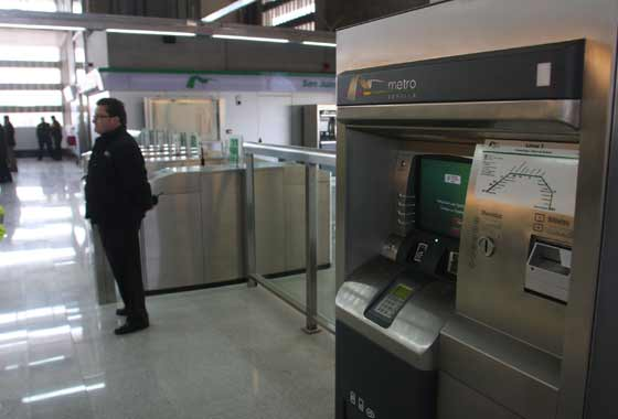 Metro de Sevilla colocará cajeros para que los usuarios puedan disponer de billetes de forma automática.  Foto: Jose Angel Garcia