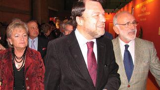 El alcalde, Alfredo Sánchez-Monrteseirín y Rosamar Prieto-Castro, delegada de Fiestas Mayores, inauguraron la exposición fotográfica El Toro, fuente de inspiración.  Foto: Victoria Ramírez