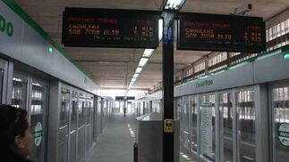 Los indicadores de tiempo de espera para el metro se sitúan a lo largo del andén.  Foto: Jose Angel Garcia