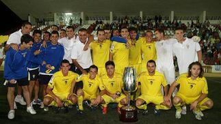 Los futbolistas amarillos posaron con la copa recién conquistada para los medios gráficos.   Foto: J.D.Corzo