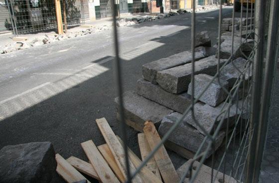 Ambas aceras de la Avenida de la Cruz Roja valladas por las obras del carril bici./ Belén Vargas