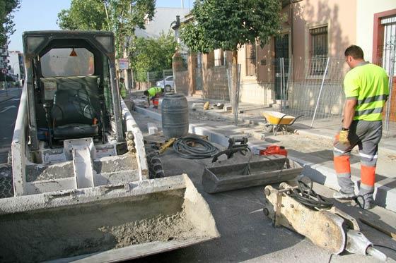 Una de las máquinas excavadoras con la que se construye el carril bici en la Avenida de la Cruz del Campo./ Belén Vargas