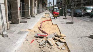 Levantado del acerado en el lugar donde irá el carril bici en República Argentina./ Victoria Hidalgo