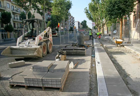 Máquina excavadora y nuevo pavimento que irá colocado en el carril bici de Cruz del Campo./ Belén Vargas