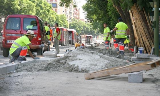 Obreros trabajando en la ubicación en la calzada del carril bici./ Victoria Hidalgo
