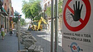 Personas pasean junto a las obras del carril bici en la Avenida de la Cruz Roja./ Belén Vargas