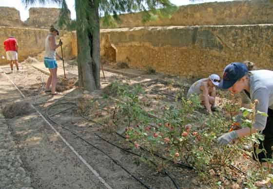 Preparaci´on del huerto existente en el Castillo  Foto: Belén Vargas